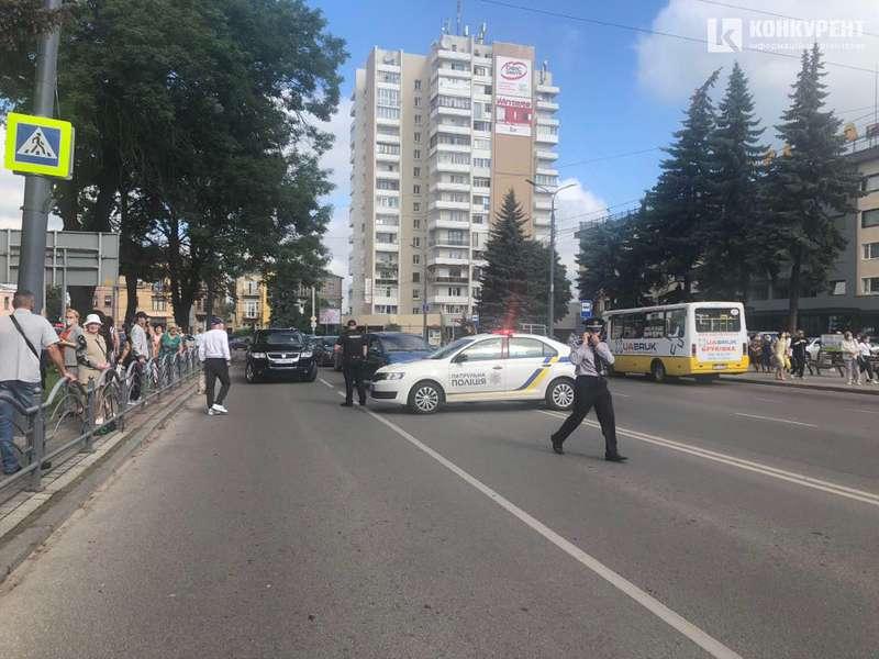 У Луцьку терорист взяв у заручники пасажирів автобуса і погрожує підірвати 2