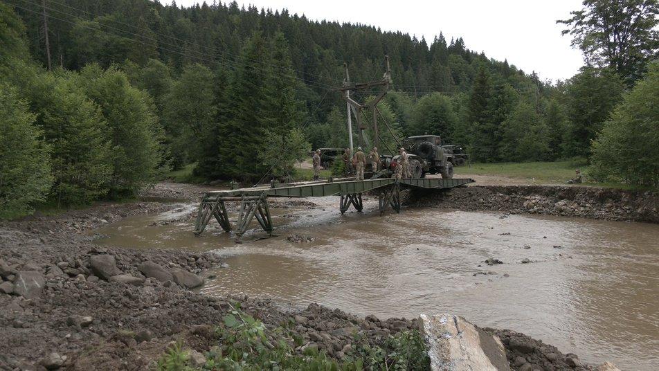 Військові встановлюють два понтонні мости на Верховинщині 2