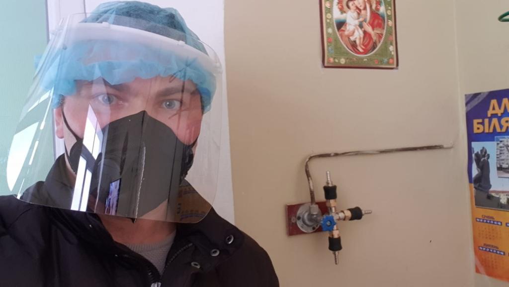 Олексій Трелевський виготовляє розгалужувачі для лікарень