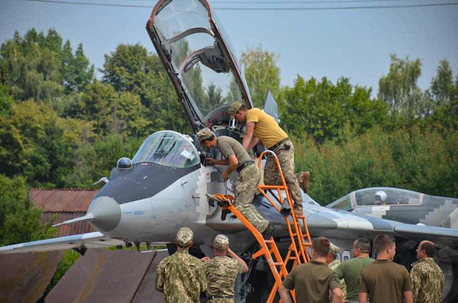 У небі над Франківськом тренуються курсанти і досвідчені пілоти 3
