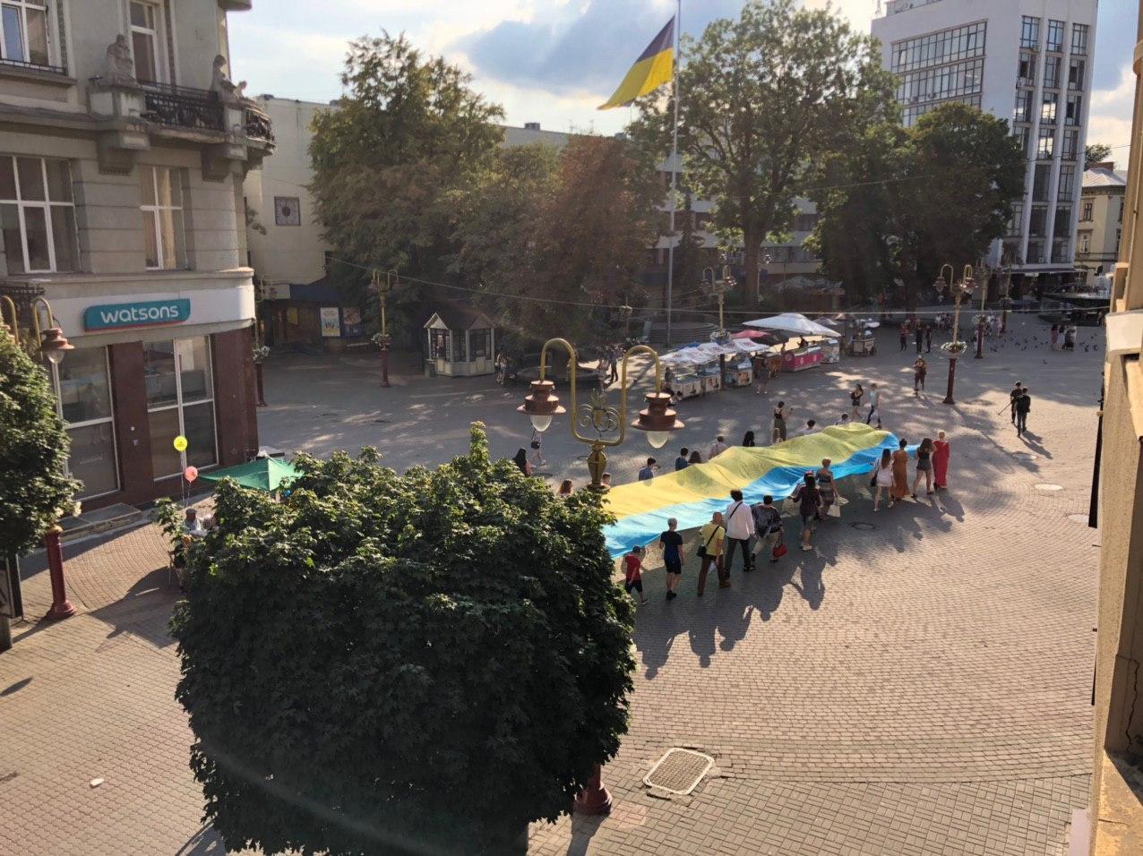 Стометрівкою пронесли 20-метровий прапор єдності 6