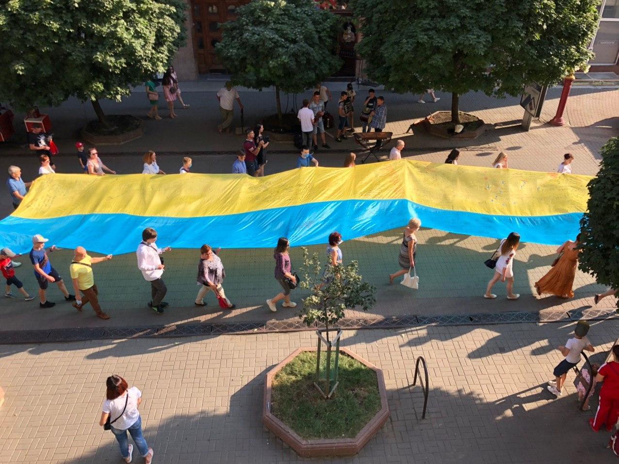 Стометрівкою пронесли 20-метровий прапор єдності 4
