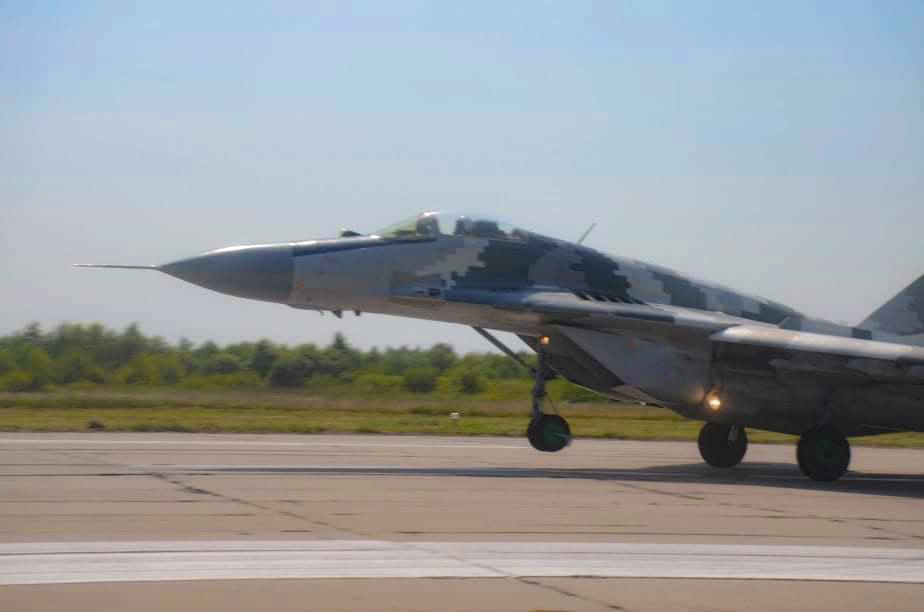 У небі над Франківськом тренуються курсанти і досвідчені пілоти 2