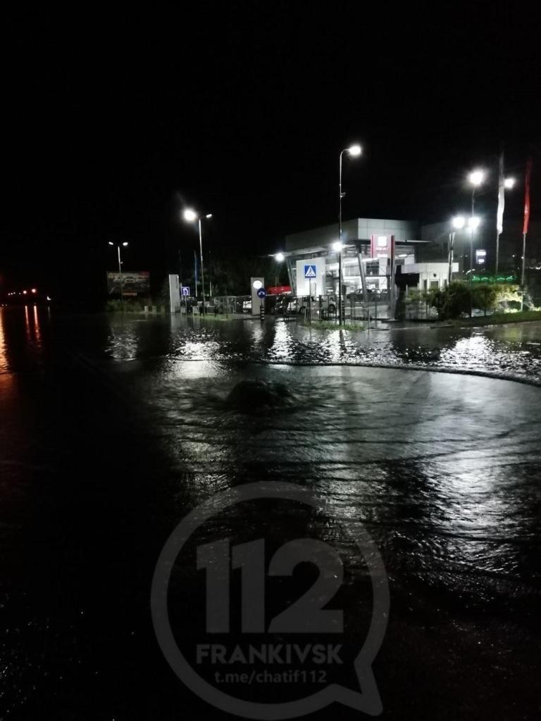 Місто пливе: злива затопила у Франківську з десяток вулиць та авто 4