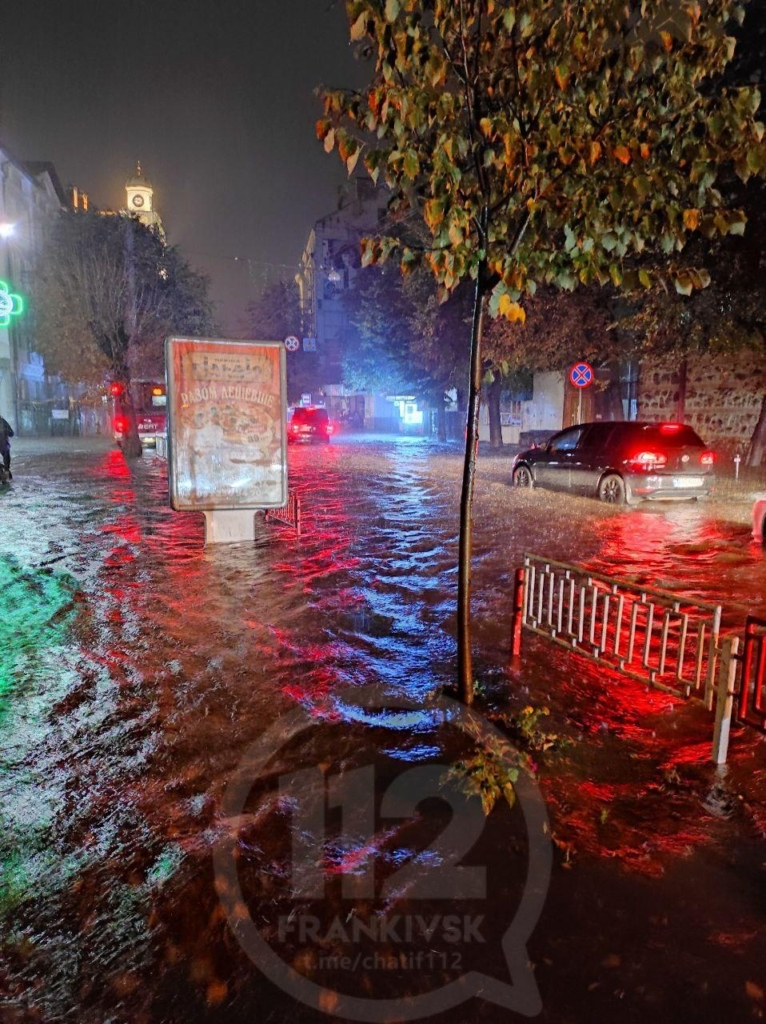 Місто пливе: злива затопила у Франківську з десяток вулиць та авто 16