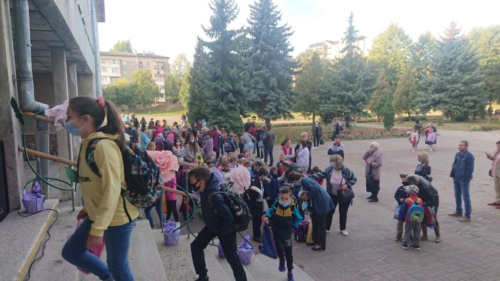 Франківськ пішов до школи: першачків зустрічали музикою 4