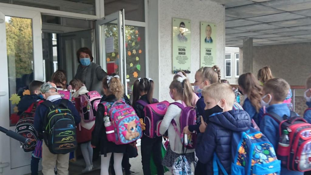 Франківськ пішов до школи: першачків зустрічали музикою 6