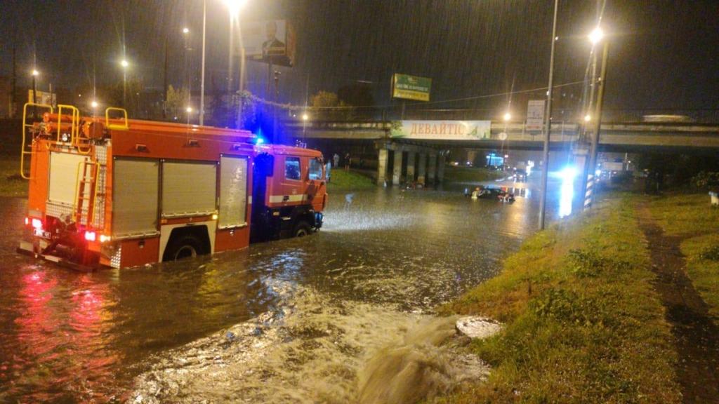 Місто пливе: злива затопила у Франківську з десяток вулиць та авто 2
