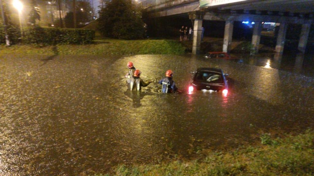 Місто пливе: злива затопила у Франківську з десяток вулиць та авто 18