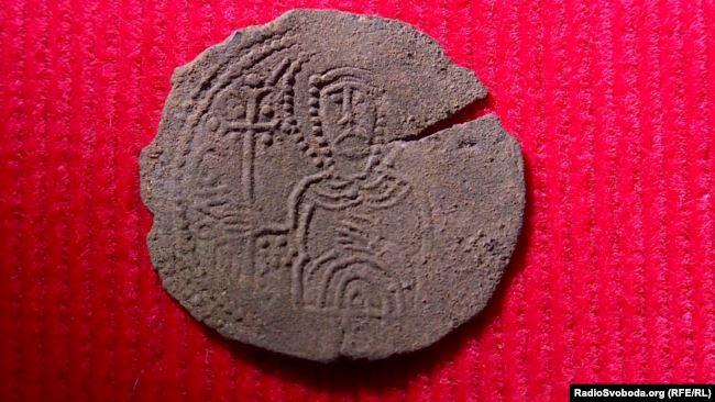 Унікальний скарб: 38 срібних монет, яким 1000 років, знайшов і передав у музей рибалка 6