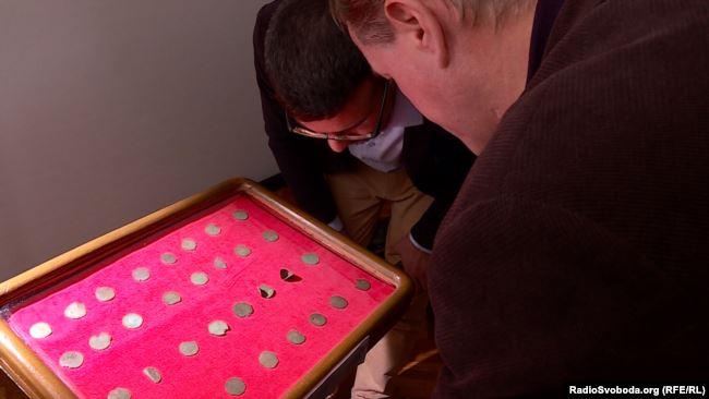 Унікальний скарб: 38 срібних монет, яким 1000 років, знайшов і передав у музей рибалка 7