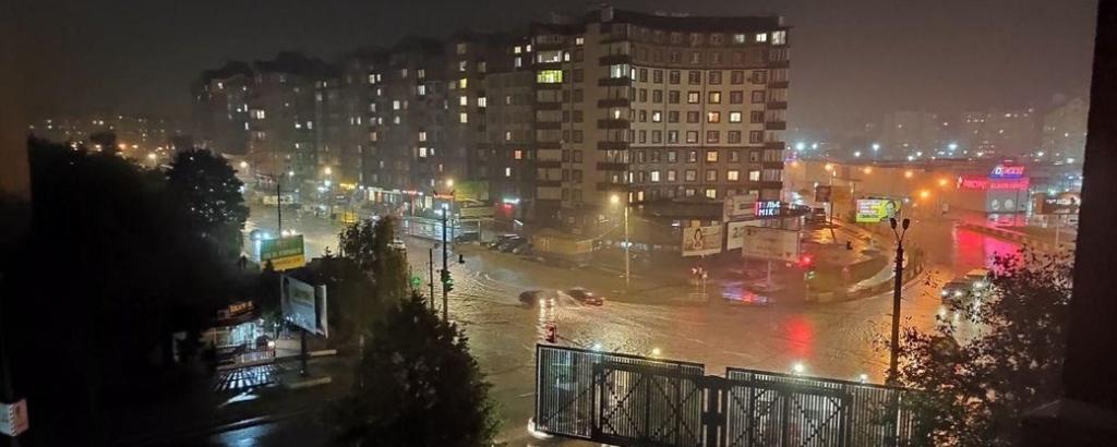Місто пливе: злива затопила у Франківську з десяток вулиць та авто 20