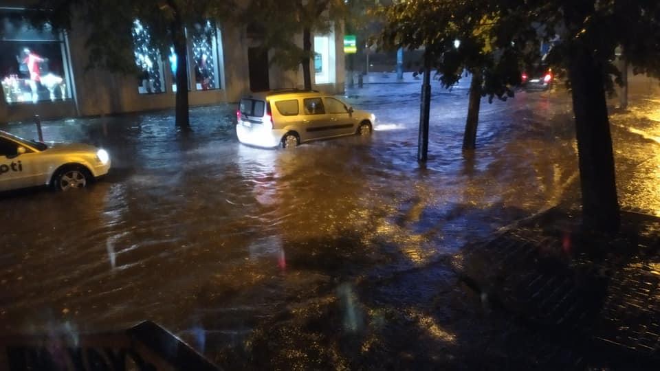 Місто пливе: злива затопила у Франківську з десяток вулиць та авто 10
