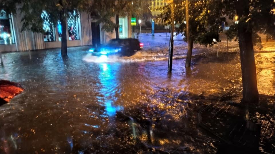 Місто пливе: злива затопила у Франківську з десяток вулиць та авто 12