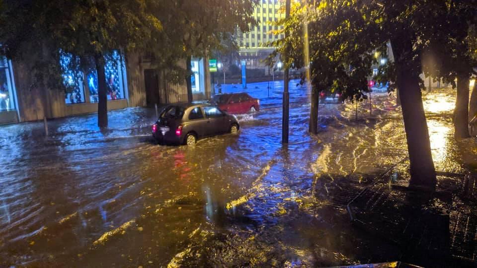 Місто пливе: злива затопила у Франківську з десяток вулиць та авто 8