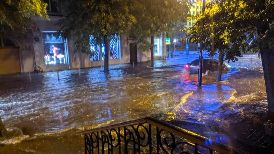 Місто пливе: злива затопила у Франківську з десяток вулиць та авто 14