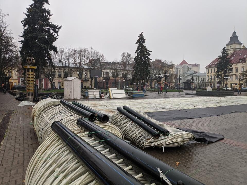 На площі Ринок змонтували ковзанку – відкриття на початку грудня 4