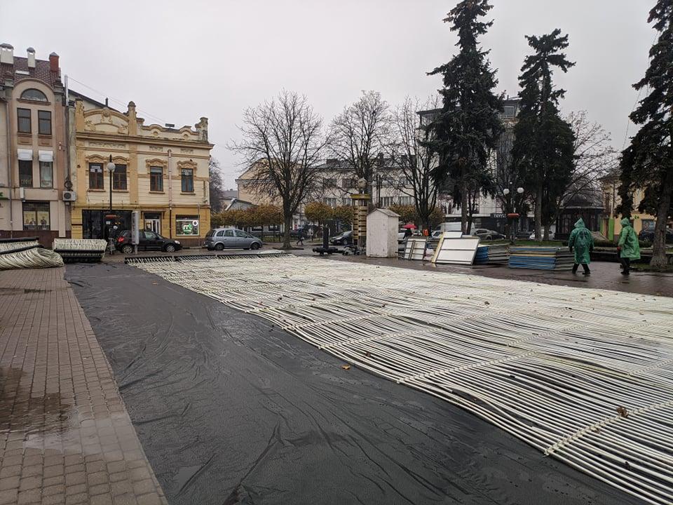 На площі Ринок змонтували ковзанку – відкриття на початку грудня 2