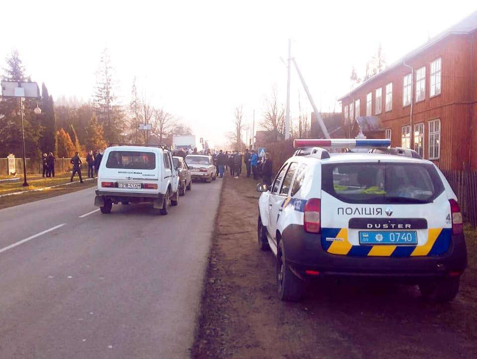 На Косівщині люди перекрили дорогу, бо мають свого кандидата на старосту села 1