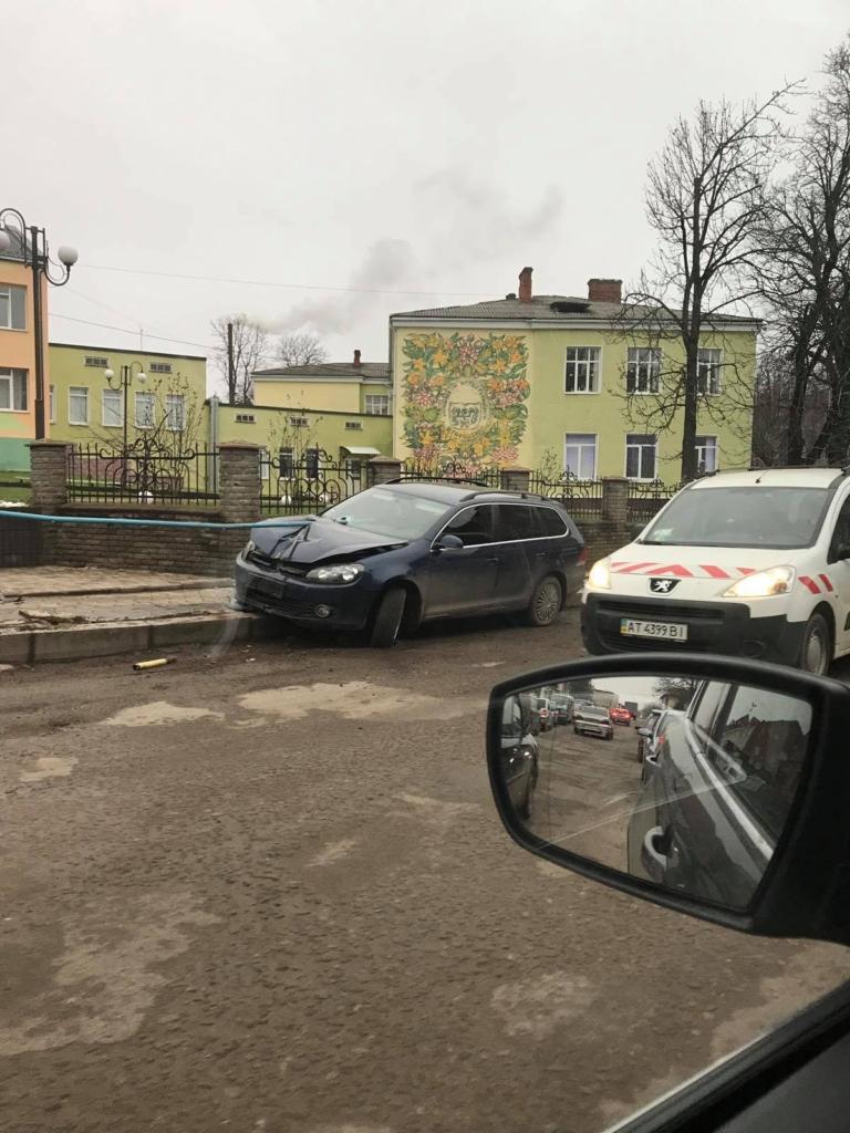 ДТП у центрі Городенки - авто проштрикнула труба 2