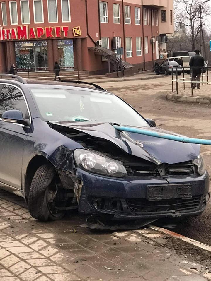 ДТП у центрі Городенки - авто проштрикнула труба 1