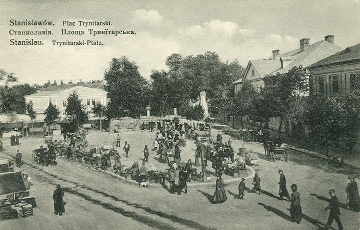 Тринітарська площа на старій поштівці