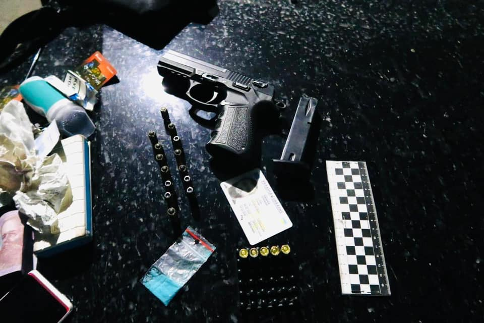 У Коломиї в пасажира авто вилучили зброю, набої та наркотики 1