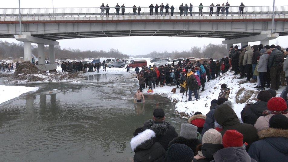 Щоб встановити рекорд України, 18 прикарпатців піднімали гирі у крижаній воді 1