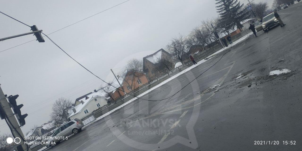 У Чернієві вантажівка пошкодила світлофор – електричні кабелі на дорозі 2