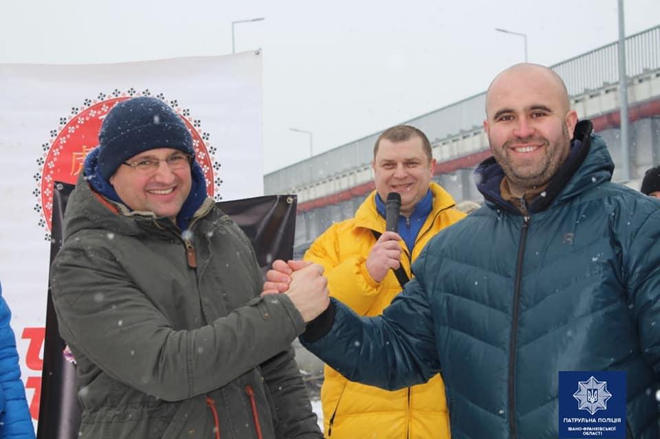 Щоб встановити рекорд України, 18 прикарпатців піднімали гирі у крижаній воді 3