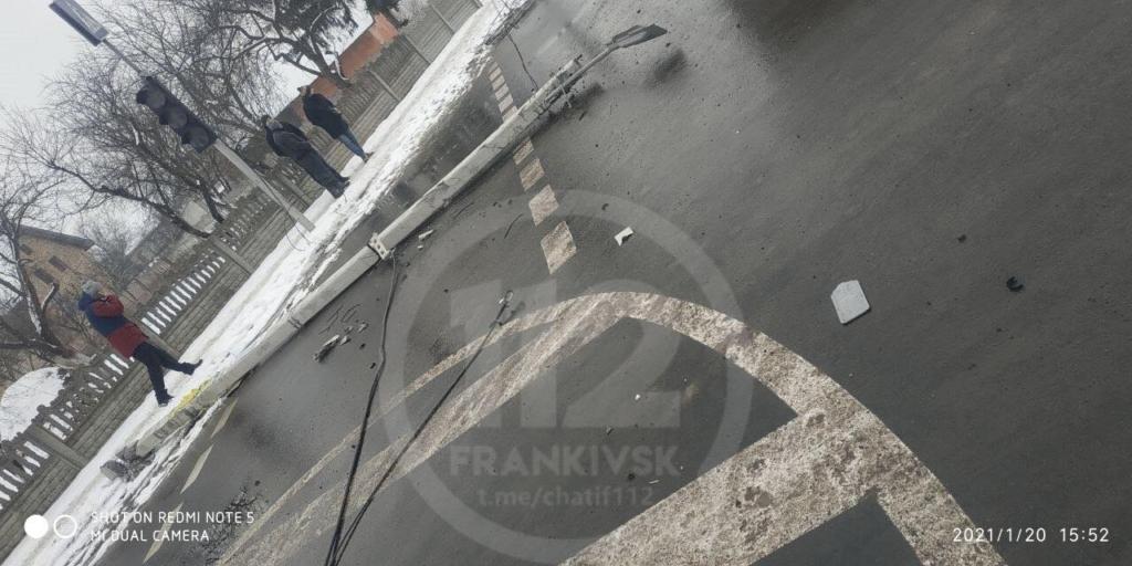 У Чернієві вантажівка пошкодила світлофор – електричні кабелі на дорозі 1