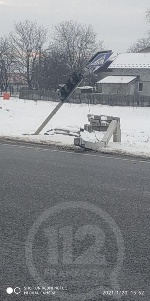 У Чернієві вантажівка пошкодила світлофор – електричні кабелі на дорозі 4