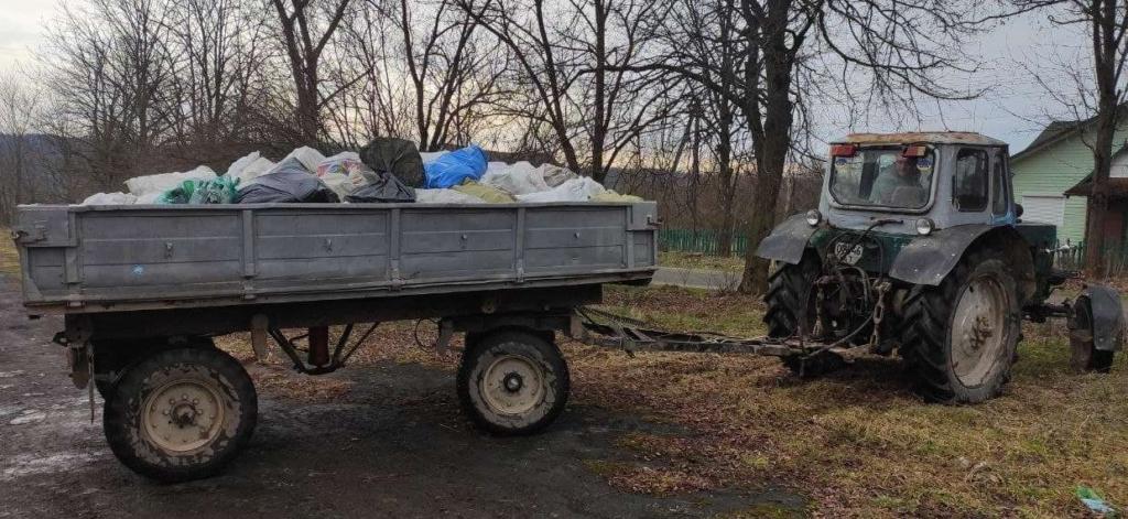 Понад три тонни: село на Долинщині збирає склотару на спільну справу 1