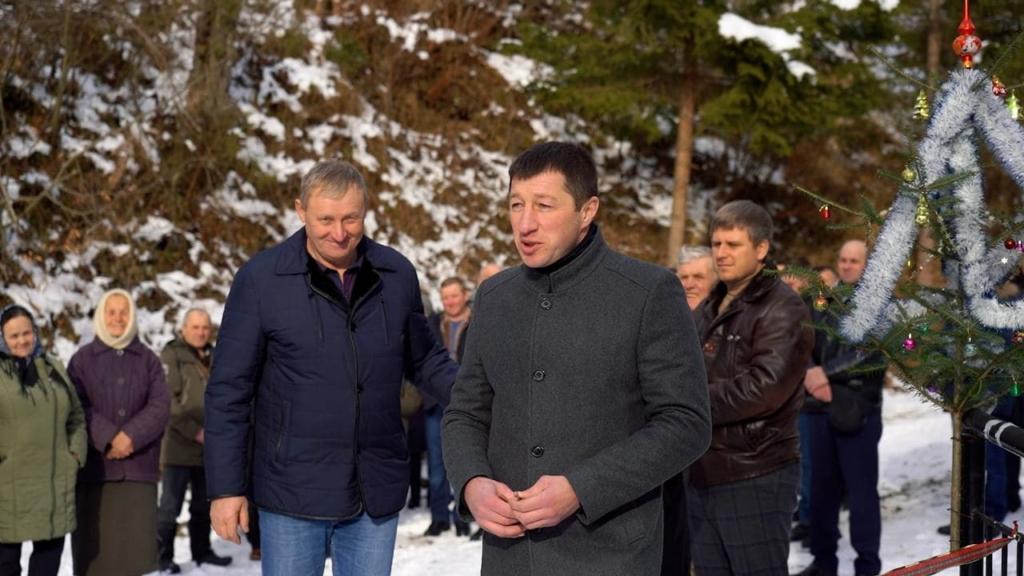 у селі Великий Рожин міст відкриває голова Косівської РДА Петро Іванишин