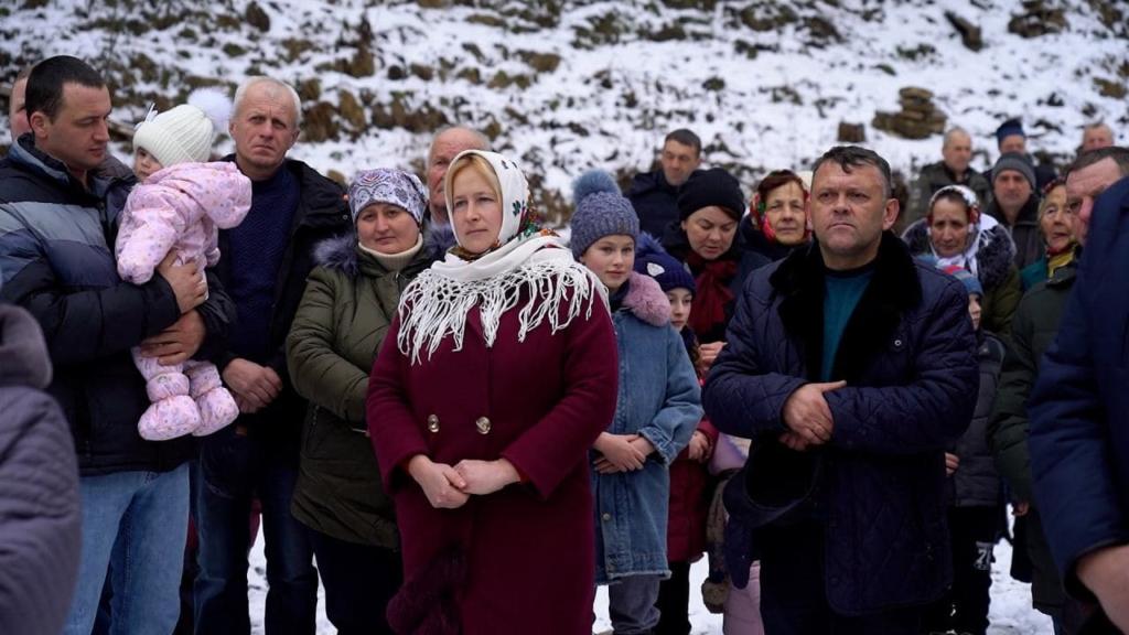 мешканці села Великий Рожин на відкритті мосту