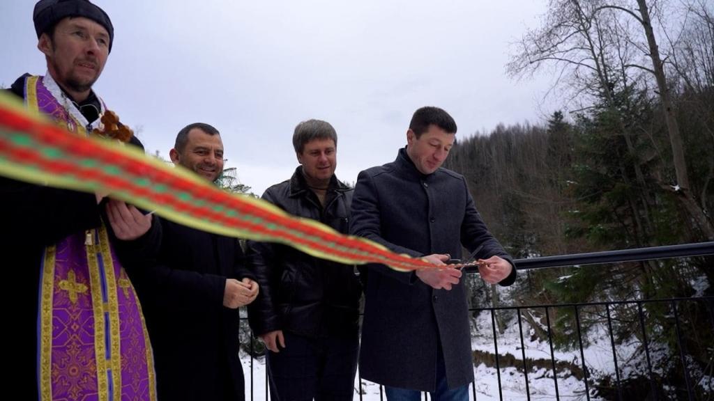 Петро Іванишин перерізає стрічку на відкритті моста у селі Великий Рожин