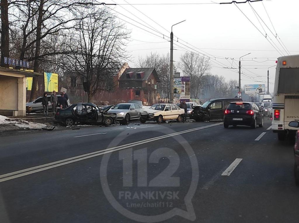 В Угринові зіткнулися 6 машин: на в'їзді у місто величезний затор 1