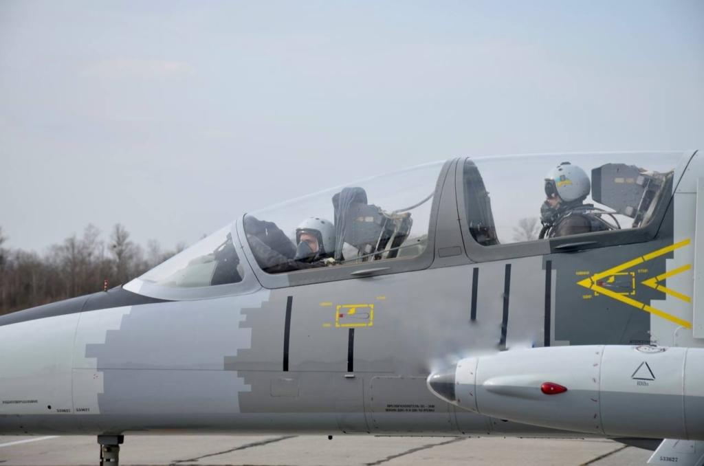 У небі над Франківськом військові пілоти відпрацювали повітряні бої 1