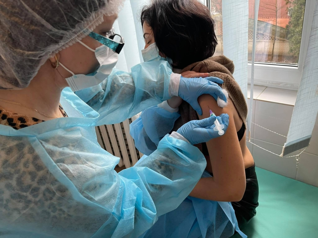 У Франківську сьогодні від COVID вакцинувалися 59 медиків 8
