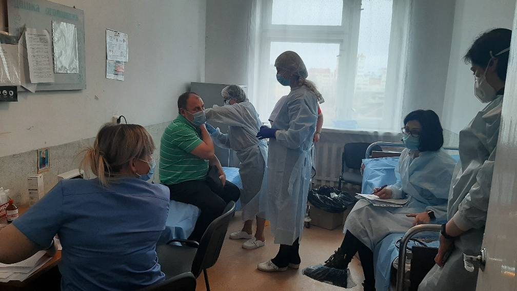 У Франківську сьогодні від COVID вакцинувалися 59 медиків 3