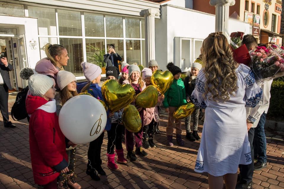 Юні калуські танцюристи зворушливо привітали коліжанку з заміжжям 3