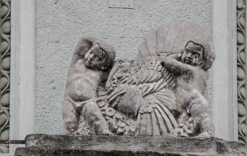 скульптура на фасаді одного з бдинків архітектора Януша в Станіславові