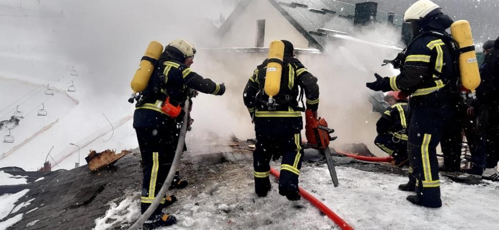 У Поляниці загорівся дах будови на території готелю 1