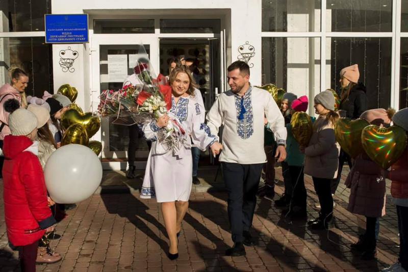 Юні калуські танцюристи зворушливо привітали коліжанку з заміжжям 1