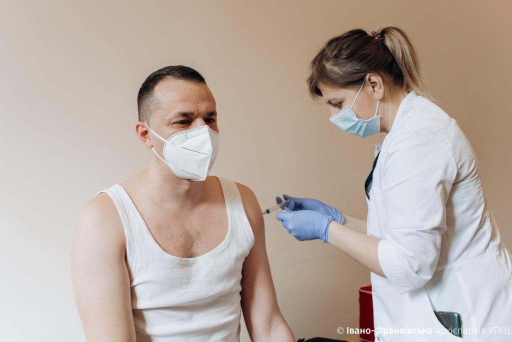 Свящинникам Франківська дали залишкові дози вакцини
