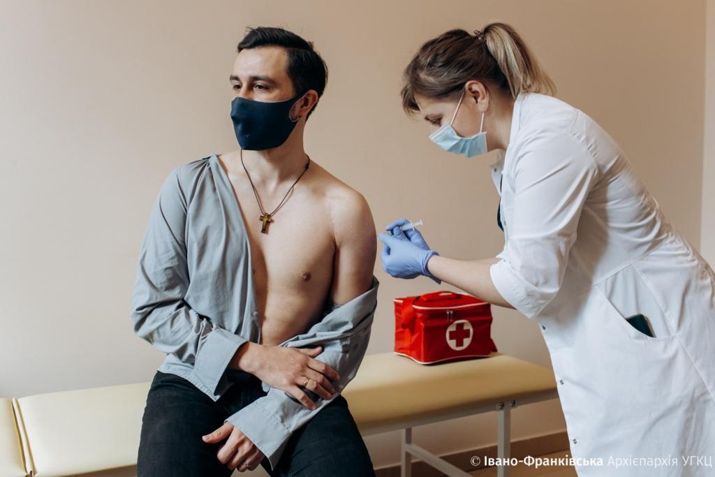 У Франківську залишками вакцини щепили священиків від коронавірусу