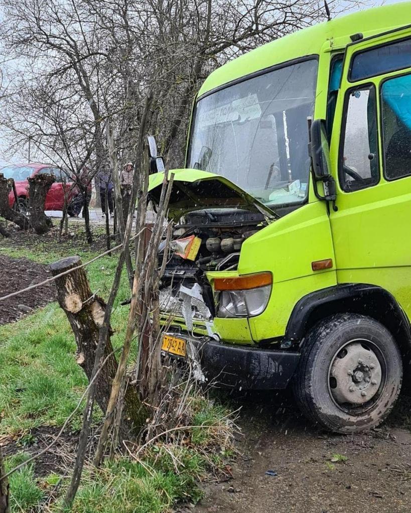 На Калущині зіткнулися легковик і автобус: троє потерпілих, серед яких 8-річний хлопчик. ФОТОФАКТ 1