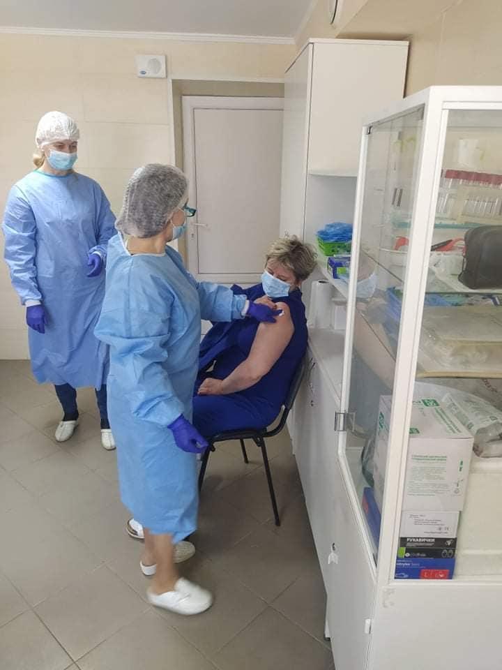 80 медиків щепилися від коронавірусу у Франківській лікарні №1 2