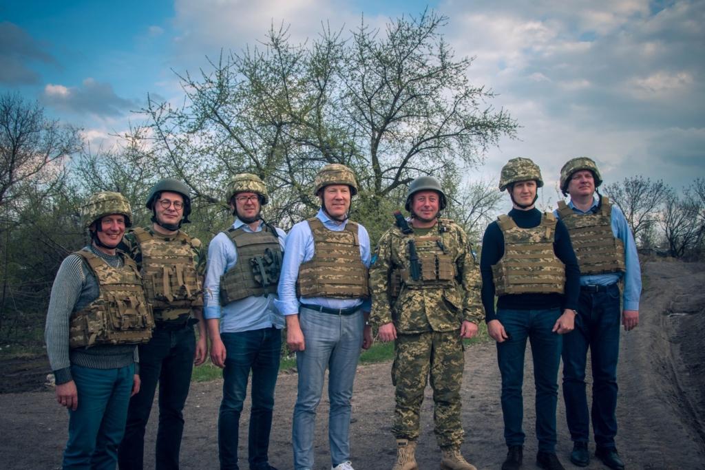 """Побачити війну: """"десятка"""" на передовій приймала послів Естонії, Латвії і Литви 3"""
