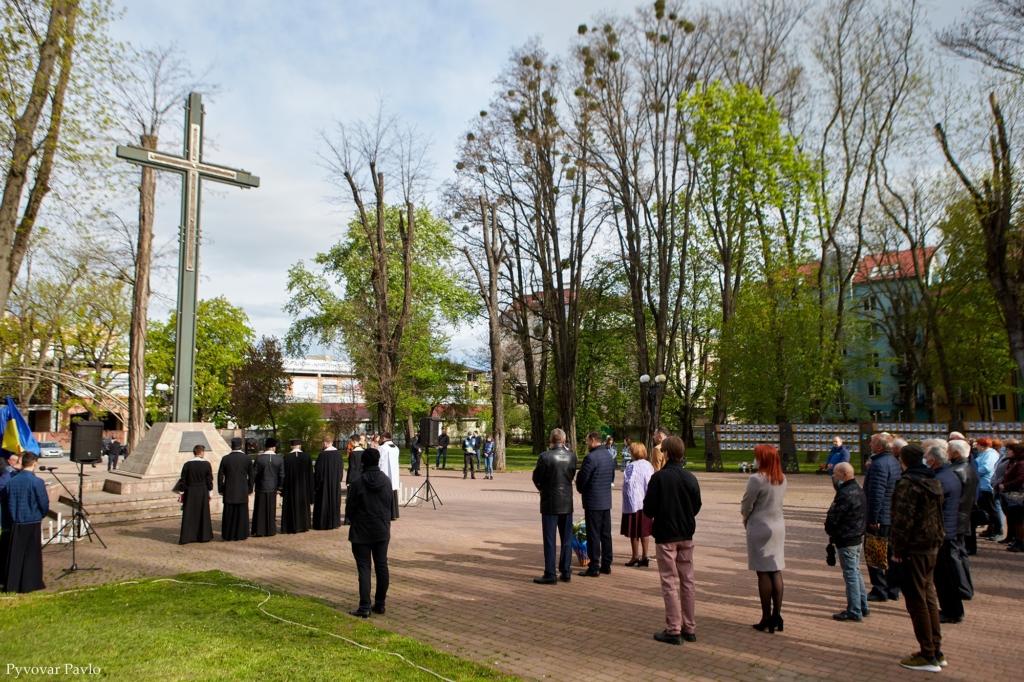 Святкування Дня міста у Франківську почалося вшануванням героїв 1